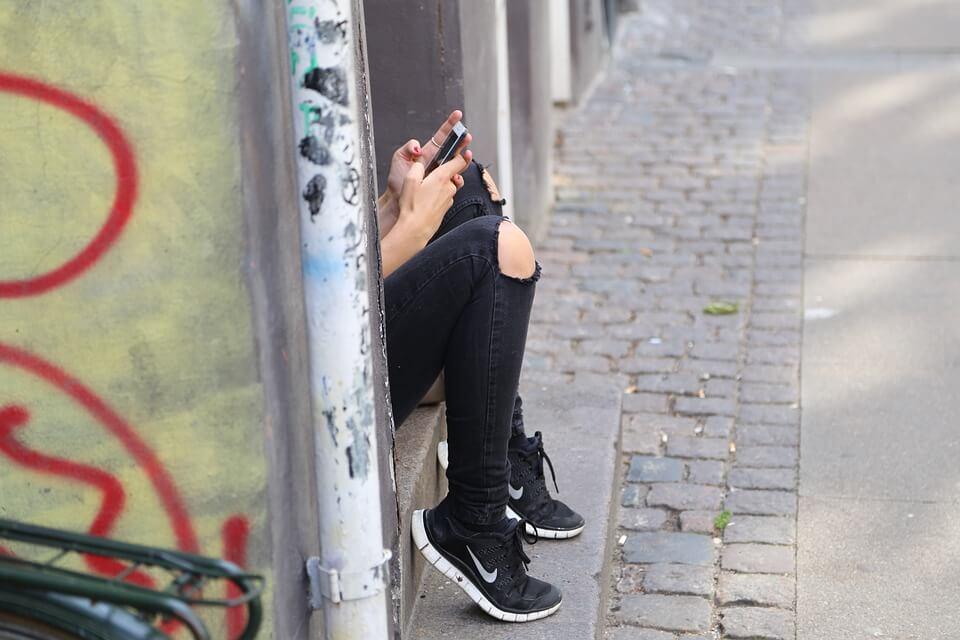 Adolescente movil redes sociales