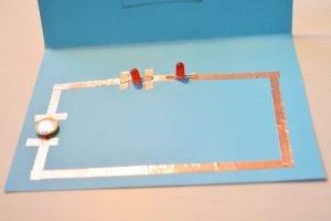 Pegar LEDs en la cartulina