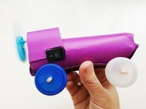 Coche de juguete con motor terminado